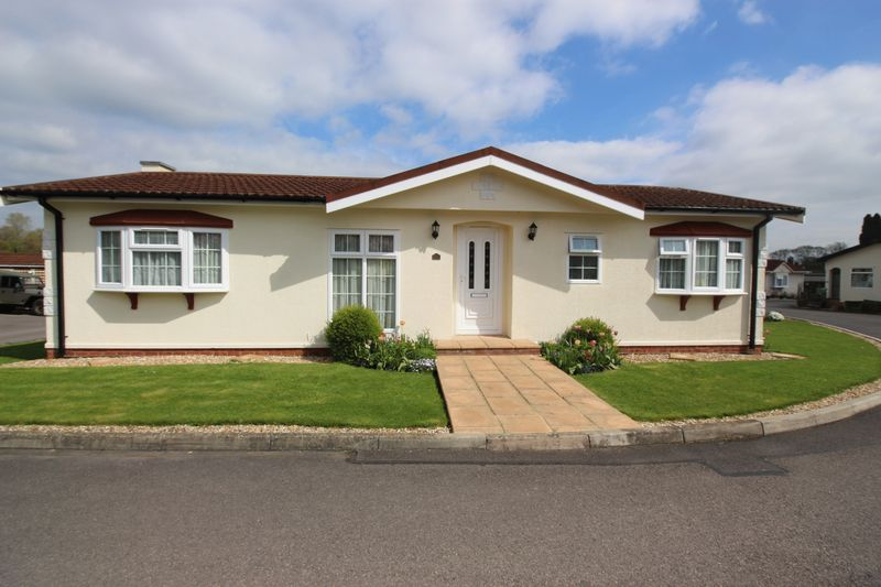 2 Bedrooms Detached Bungalow for sale in Beare Green, Dorking