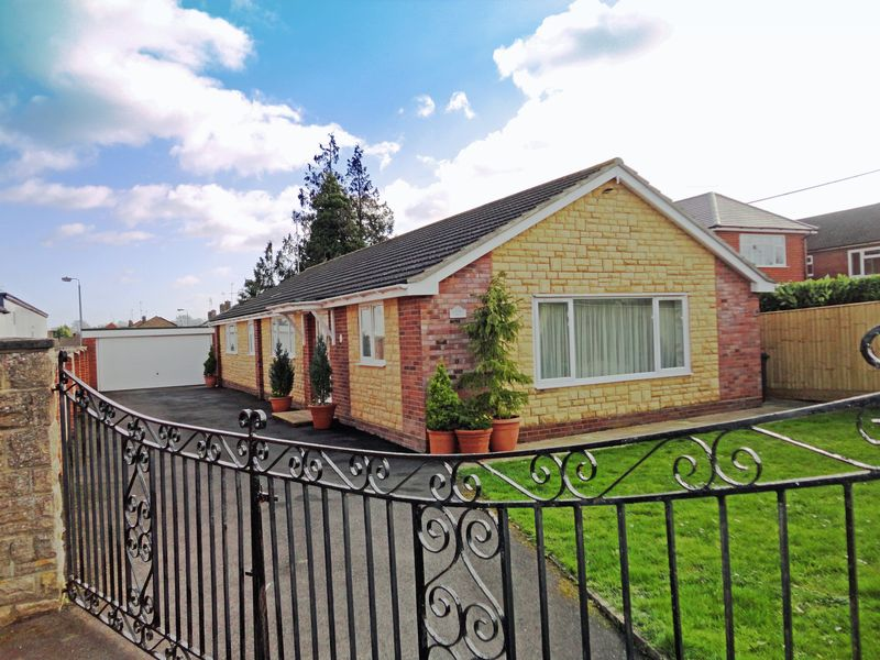 3 Bedrooms Detached Bungalow for sale in High Street, Durrington