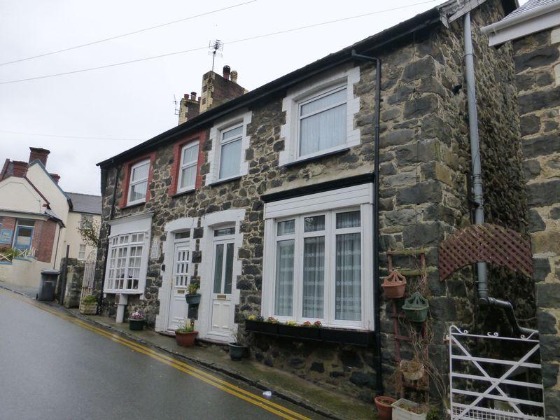 2 Bedrooms Semi Detached House for sale in Llanfairfechan