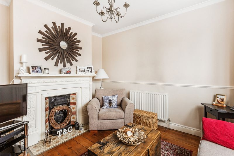2 Bedrooms Semi Detached House for sale in Hooley Lane, Earlswood