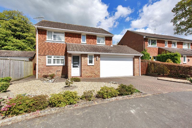 3 Bedrooms Detached House for sale in Lashmere, Copthorne
