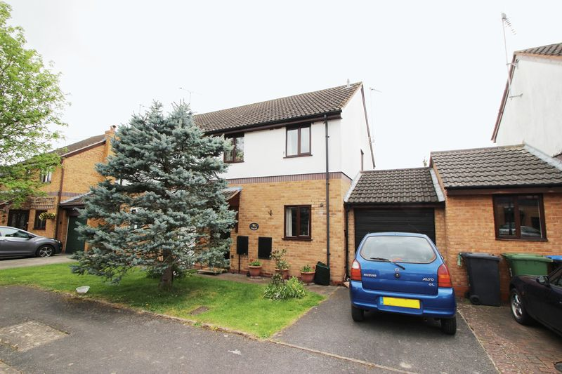 3 Bedrooms Semi Detached House for sale in Kingfisher Way, Alcester