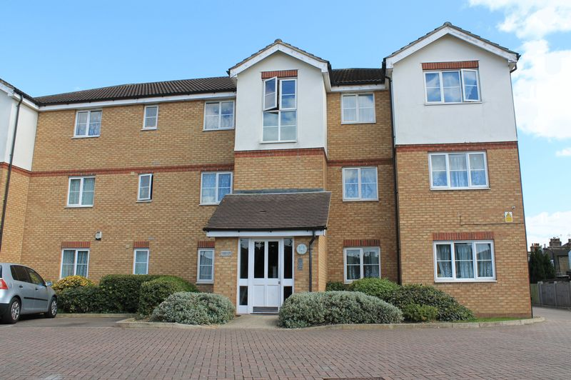 2 Bedrooms Flat for sale in Rossmore Close, Ponders End, Enfield
