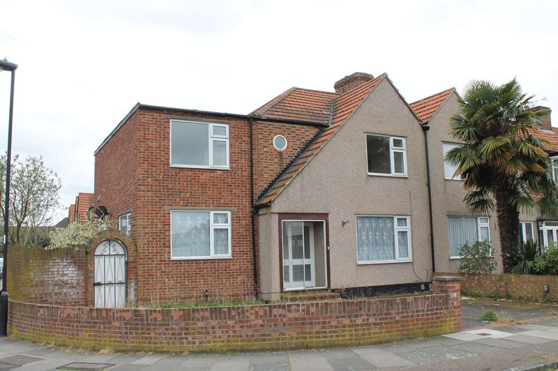 4 Bedrooms Terraced House for sale in Swan Way, Enfield