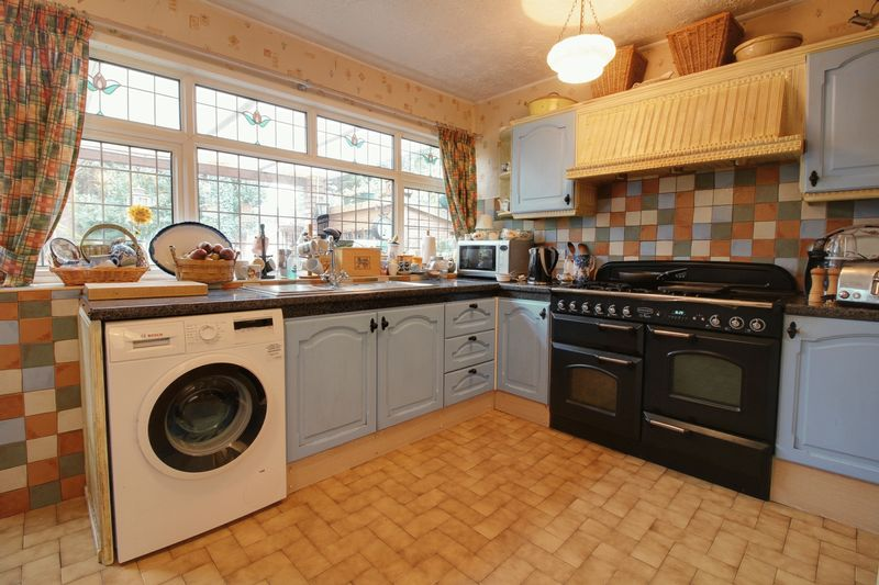 4 Bedrooms Terraced House for sale in Boleyn Avenue, Enfield