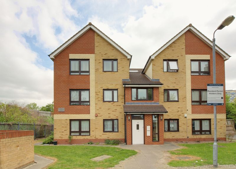 2 Bedrooms Flat for sale in Wagtail Close, Enfield