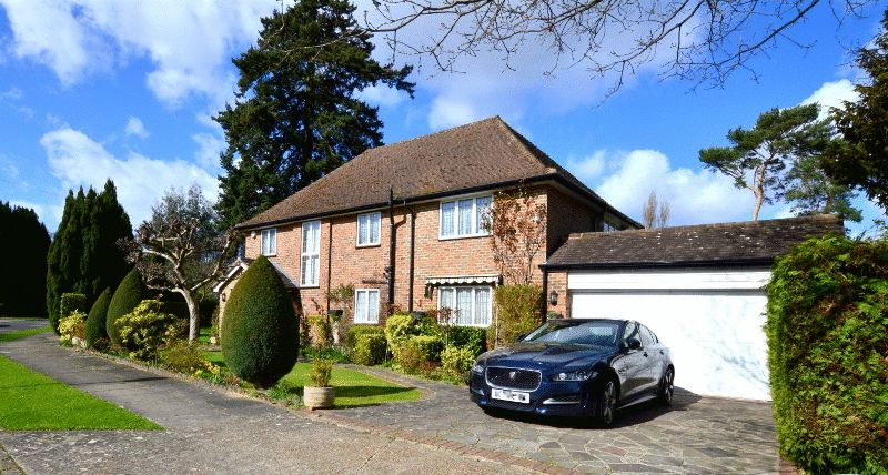 4 Bedrooms Detached House for sale in Old Hall Close, Pinner