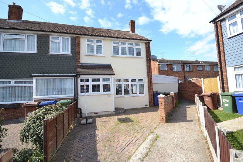 3 Bedrooms Terraced House for sale in Regan Close, Stanford-Le-Hope