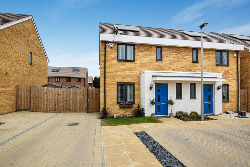 3 Bedrooms Semi Detached House for sale in Sanderling Close, Tilbury