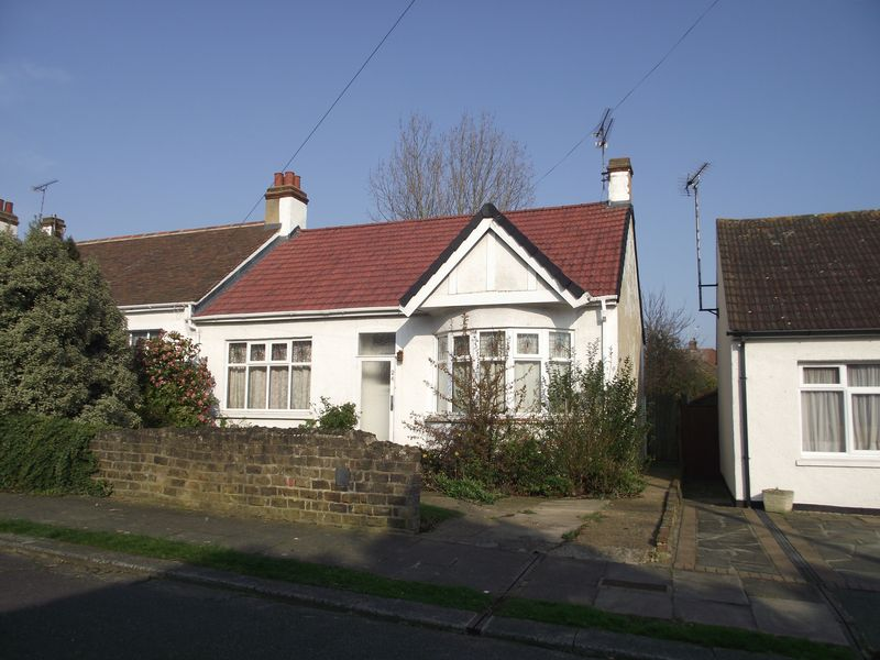 2 Bedrooms Semi Detached Bungalow for sale in Highfield Grove, Westcliff-On-Sea