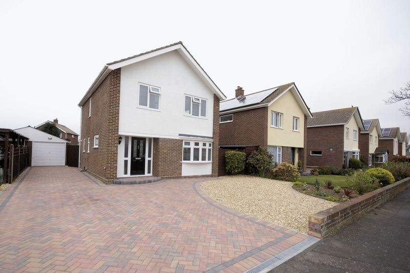 3 Bedrooms Detached House for sale in Leamington Crescent, Lee-On-The-Solent