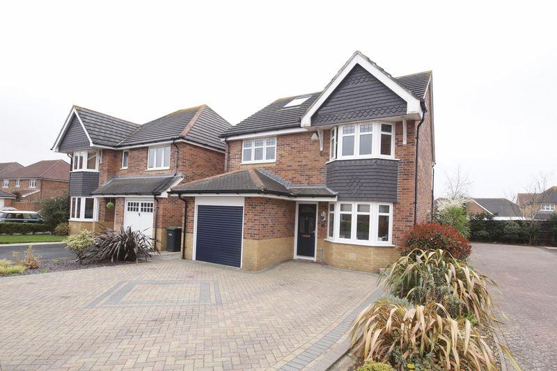 4 Bedrooms Detached House for sale in Martlet Close, Lee-On-The-Solent