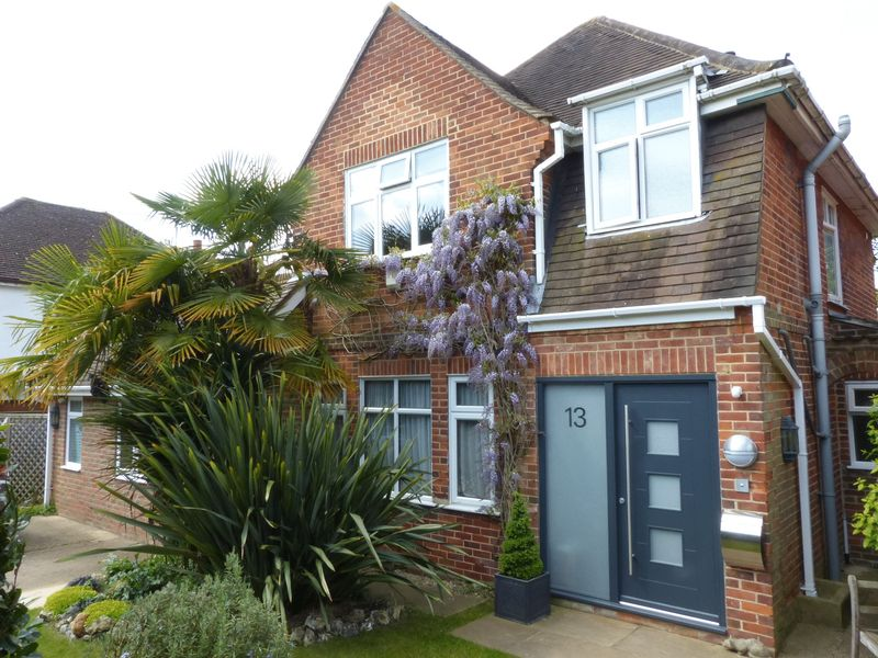 4 Bedrooms Detached House for sale in Bourne End