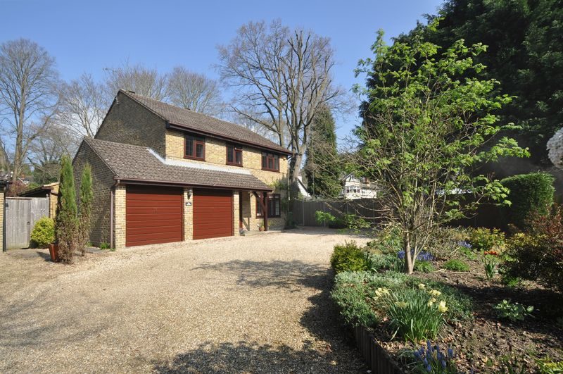4 Bedrooms Detached House for sale in Ferniehurst, Camberley