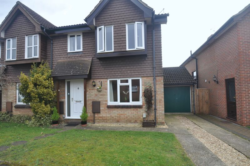 3 Bedrooms Semi Detached House for sale in Whitebeam Gardens, Farnborough