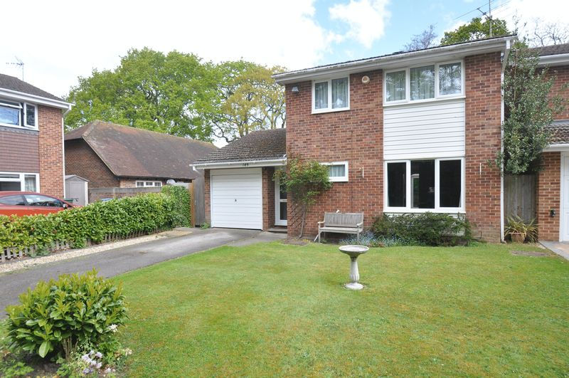 3 Bedrooms Detached House for sale in Tavistock Road, Fleet
