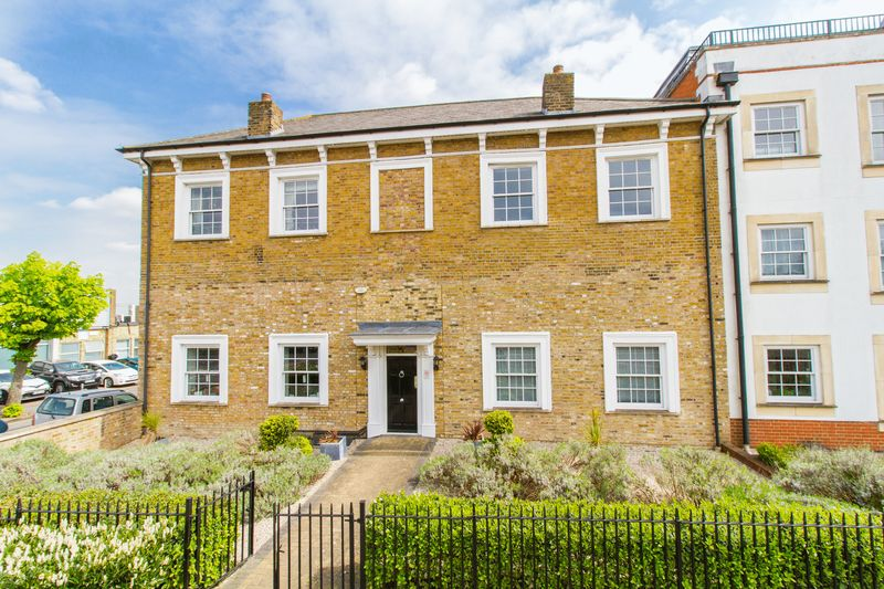 2 Bedrooms Flat for sale in Percival House, High Road, Woodford Green