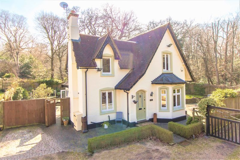 3 Bedrooms Detached House for sale in The Bridle Path, Woodford Green