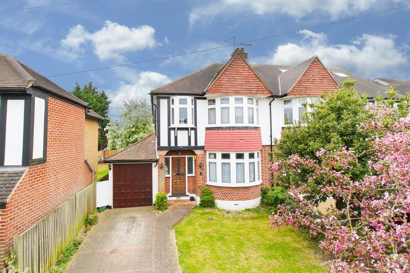 3 Bedrooms Semi Detached House for sale in Farm Way, Buckhurst Hill