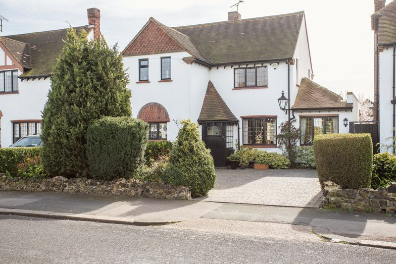 3 Bedrooms Detached House for sale in Shoebury Road, Thorpe bay