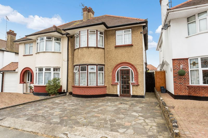 3 Bedrooms Semi Detached House for sale in Rutland Avenue, Southchurch Park