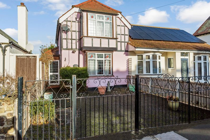 3 Bedrooms Semi Detached House for sale in Trinity Road, Southchurch Village