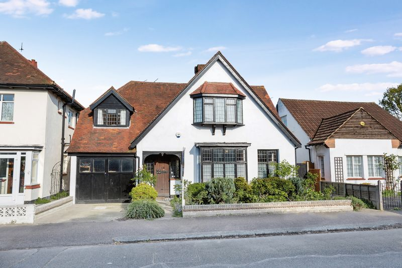 5 Bedrooms Detached House for sale in Stirling Avenue, Leigh-On-Sea