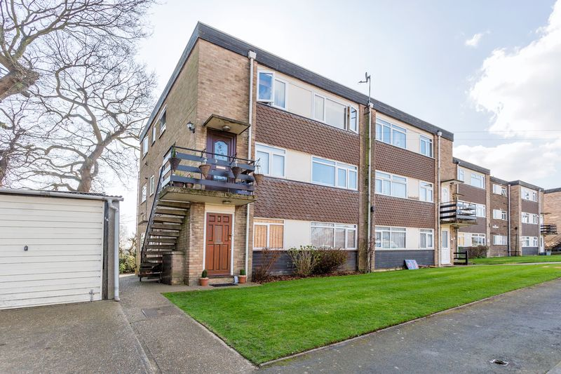 2 Bedrooms Flat for sale in St Lawrence Gardens, Leigh-On-Sea