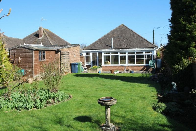2 Bedrooms Detached Bungalow for sale in Holmer Green - Cul de Sac