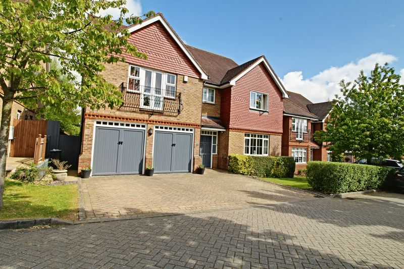 5 Bedrooms Detached House for sale in Whitehaven Close, Goffs Oak Hertfordshire