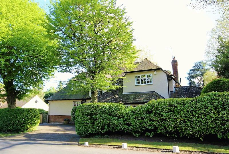 5 Bedrooms Detached House for sale in Hillwood Grove, Hutton Mount, Brentwood