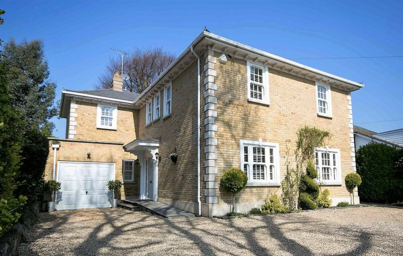 5 Bedrooms Detached House for sale in Priests Lane, Shenfield