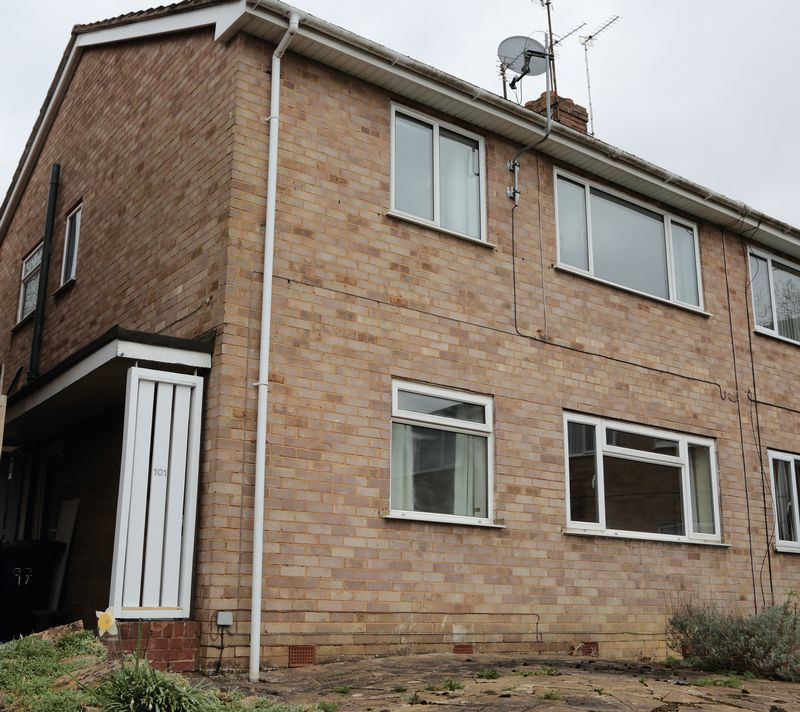 2 Bedrooms Flat for sale in Pinemount Road, Hucclecote, Gloucester