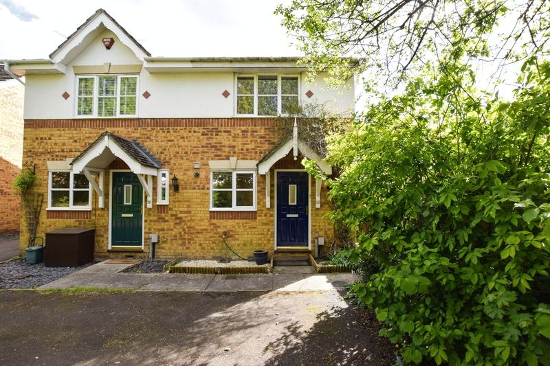 2 Bedrooms Semi Detached House for sale in Lincoln Close, Ash Vale