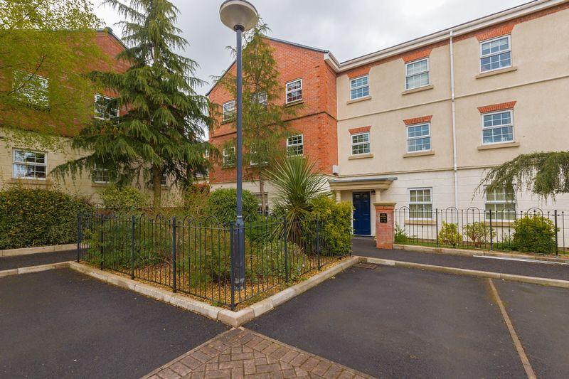2 Bedrooms Flat for sale in 3 Oak House, Denham Wood Close, Chorley,PR7 2WE