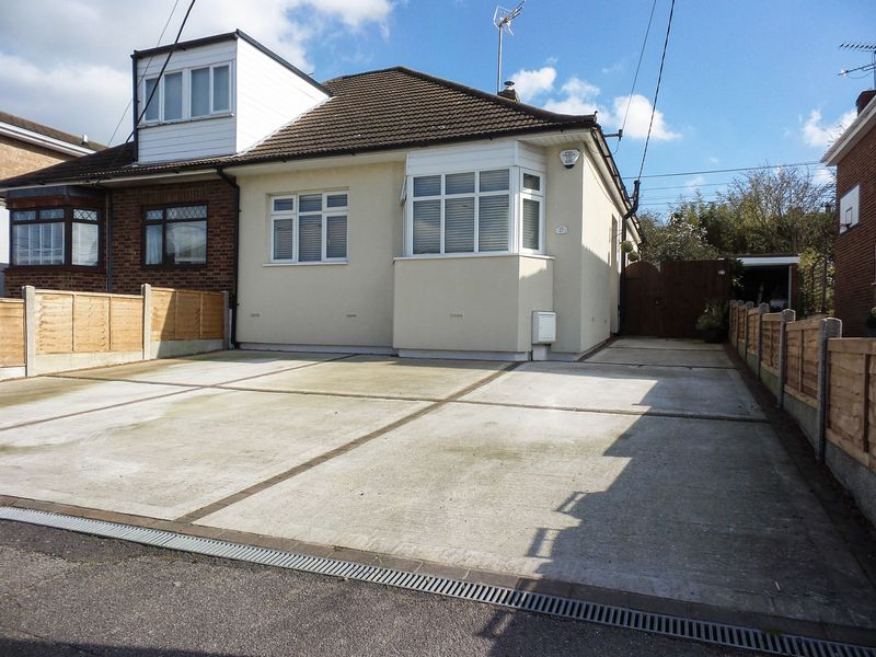 2 Bedrooms Semi Detached Bungalow for sale in Hambro Avenue, Rayleigh