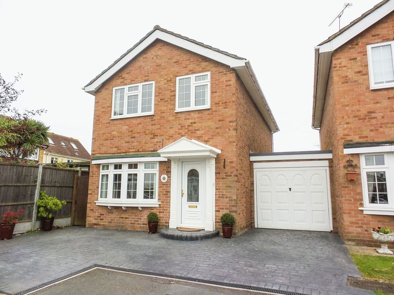 3 Bedrooms Detached House for sale in The Orchard, Wickford