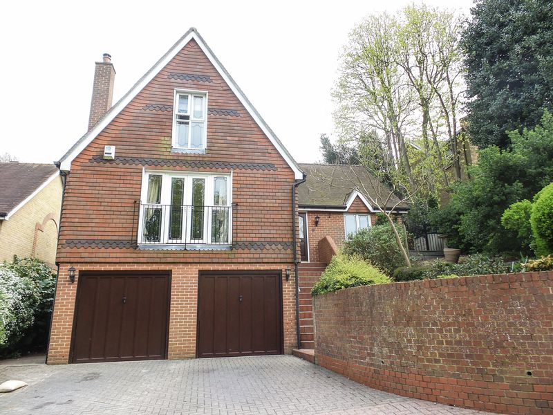 5 Bedrooms Detached House for sale in Rectory Garth, Rayleigh