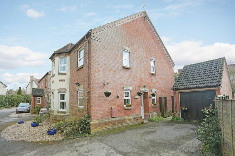 4 Bedrooms Detached House for sale in Saxon Close, Market Lavington