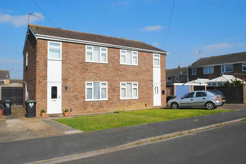 3 Bedrooms Semi Detached House for sale in Farnham Drive, Rushden