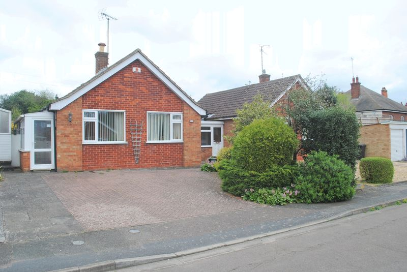 3 Bedrooms Detached Bungalow for sale in Barker Close, Rushden