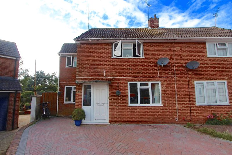 3 Bedrooms Semi Detached House for sale in Culworth Close, Caddington