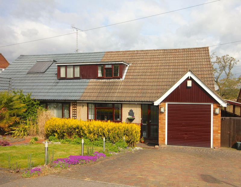 2 Bedrooms Semi Detached Bungalow for sale in The Coppins, Markyate.