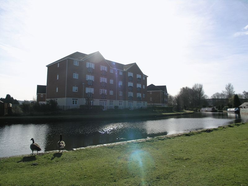 2 Bedrooms Flat for sale in DUDLEY, Netherton, Quayside Walk.