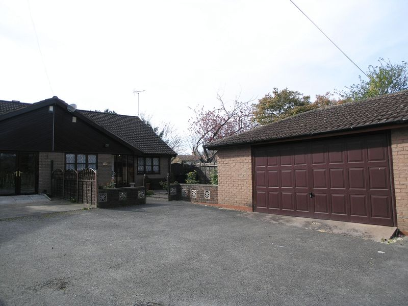 3 Bedrooms Semi Detached Bungalow for sale in DUDLEY, Netherton, Hill Street