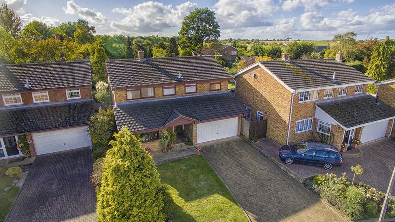 5 Bedrooms Detached House for sale in Elm Drive, Silsoe