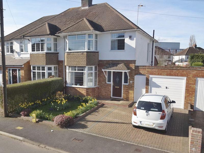 3 Bedrooms Semi Detached House for sale in Putteridge