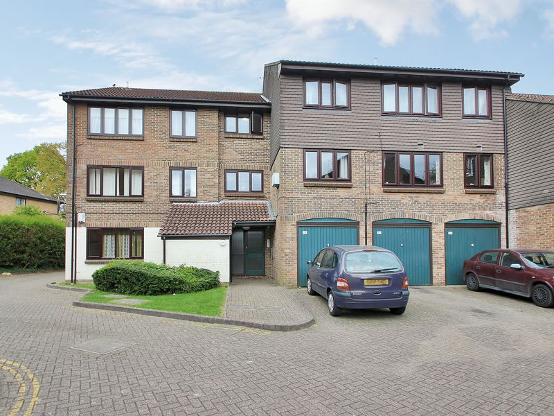 1 Bedroom Flat for sale in Connaught Gardens, West Green, Crawley, West Sussex