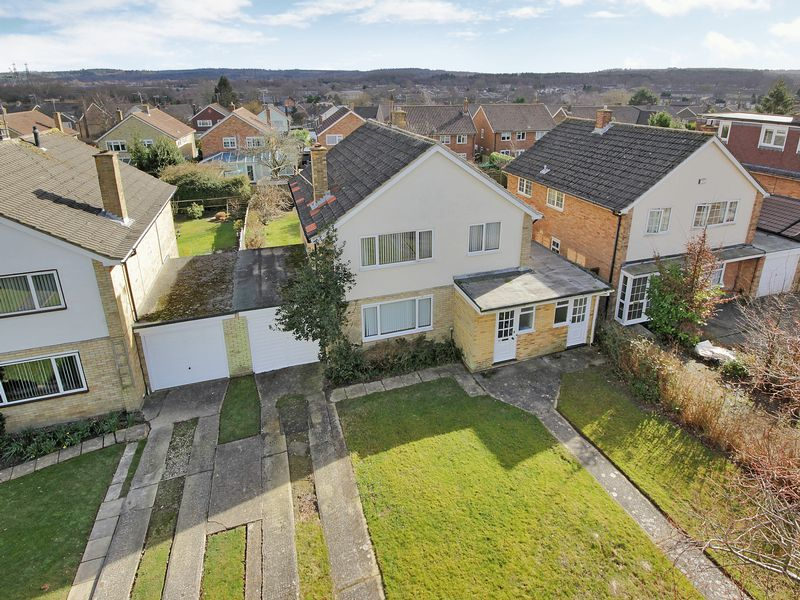 4 Bedrooms Detached House for sale in The Chase, Furnace Green, Crawley, West Sussex