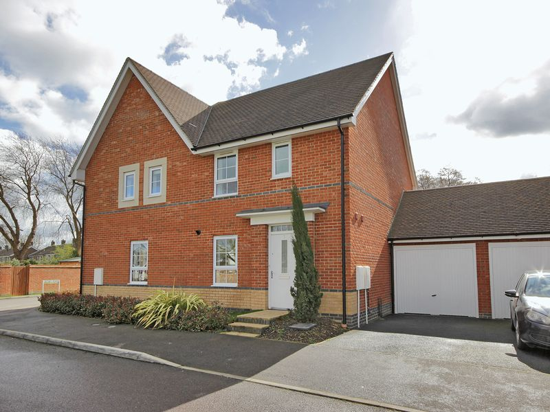 3 Bedrooms Semi Detached House for sale in Wychwood Road, Furnace Green, Crawley, West Sussex
